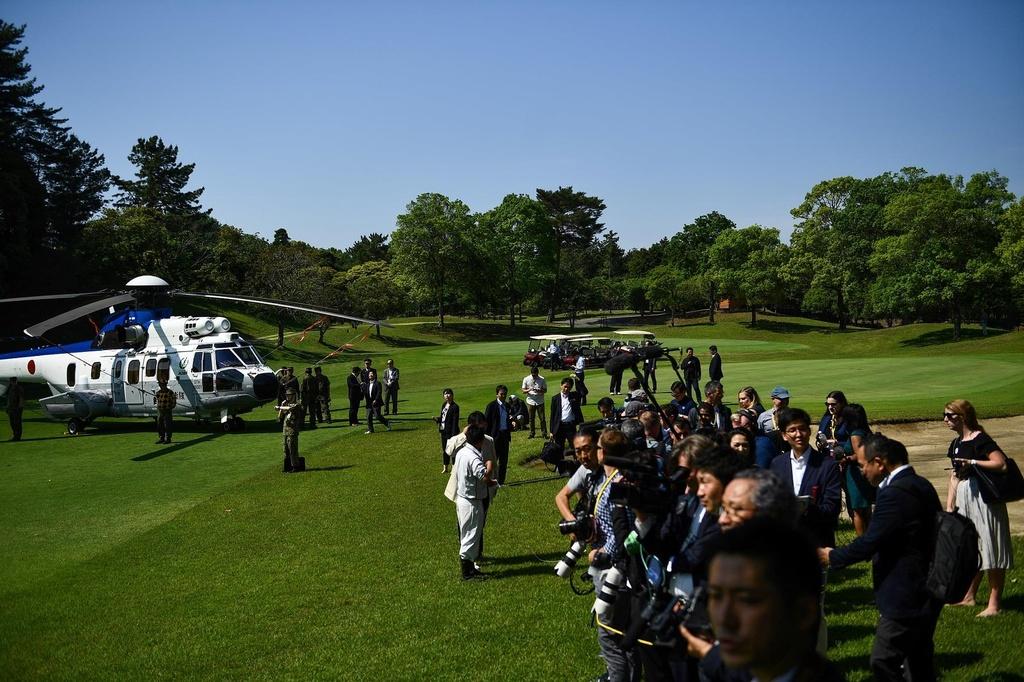TT Trump va ong Abe 'selfie' tren san golf giua cang thang thuong mai hinh anh 8