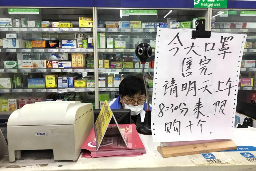 Rong ran xep hang mua khau trang khap noi vi virus corona hinh anh 1 khau_trang_1.JPG