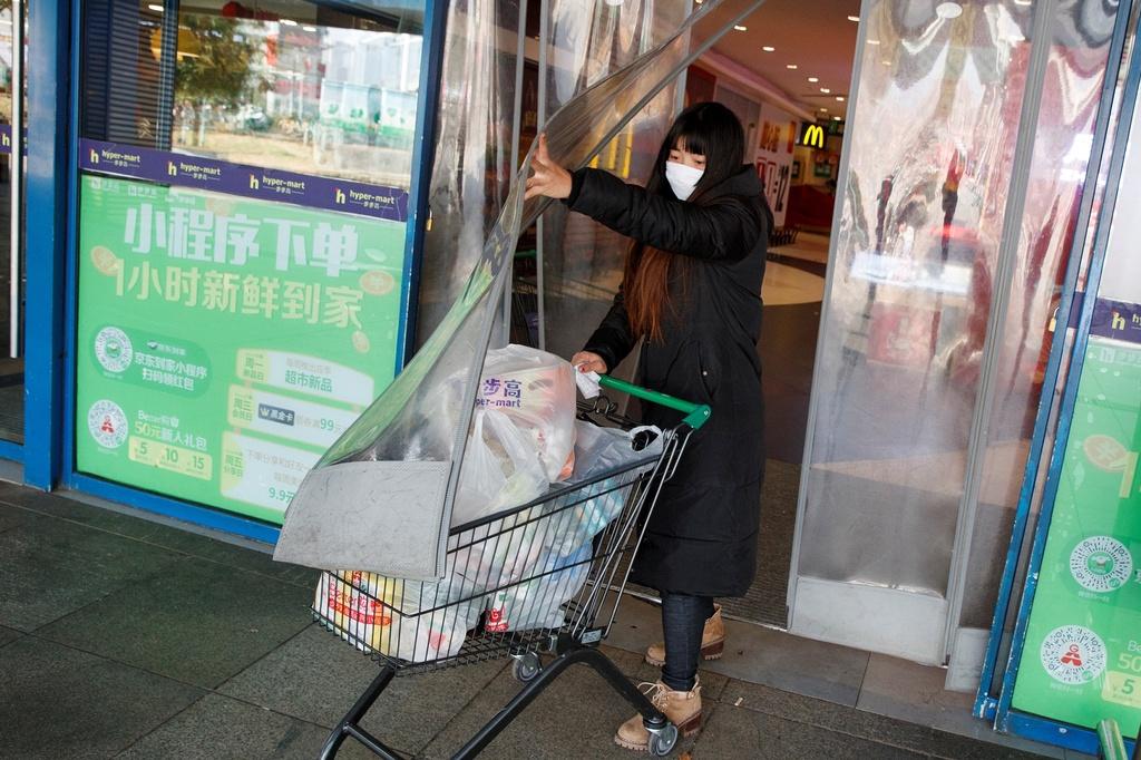 Rong ran xep hang mua khau trang khap noi vi virus corona hinh anh 2 khau_trang_12.JPG