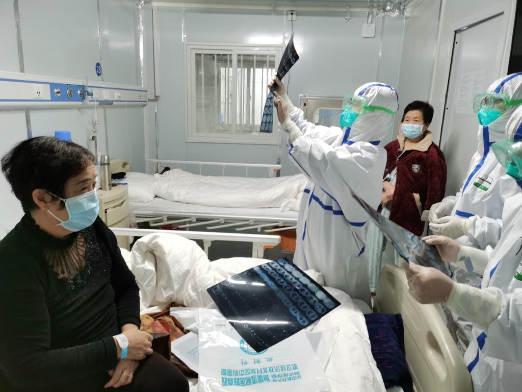 Vet han tren guong mat nhung y-bac si tuyen dau chong virus corona hinh anh 6 Corona_8.jpeg