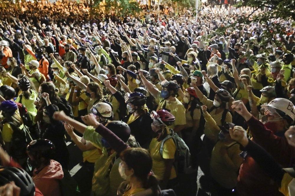 Đạn hơi cay khiến đám đông người biểu tình giảm dần quy mô. Một vài nhóm vẫn dùng máy thổi lá làm