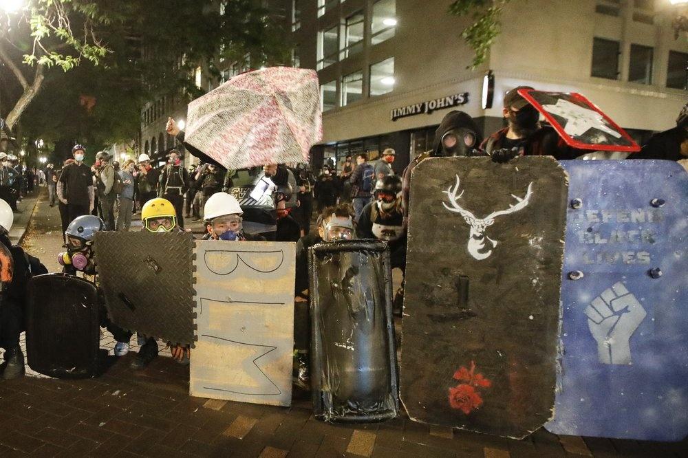 Khi căng thẳng leo thang, người biểu tình còn đập hàng rào bao quanh tòa án liên bang, ném pháo hoa và chai thủy tinh vào tòa nhà. Nhiều lần lực lượng liên bang đáp trả bằng đạn hơi cay và lựu đạn gây choáng. Ảnh: AP.