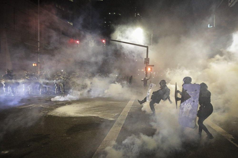 Cuộc biểu tình đêm 24/7 do nhiều nhóm hoạt động tổ chức, trong đó có các nhóm của nhân viên y tế, giáo viên và cả luật sư. Giới chức địa phương ước tính có thời điểm hơn 3.000 người tập trung biểu tình. Họ hô các khẩu hiệu đòi quyền lợi cho người da màu và yêu cầu lực lượng liên bang rút lui. Ảnh: AP.