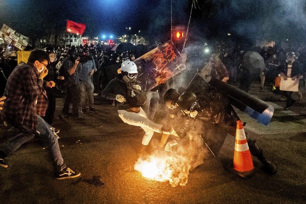 Đến 3 giờ sáng 25/7, phần lớn người biểu tình đã rời khỏi hiện trường. Chỉ còn một vài nhóm trở lại tập trung gần tòa nhà tòa án liên bang. Ảnh: AP.