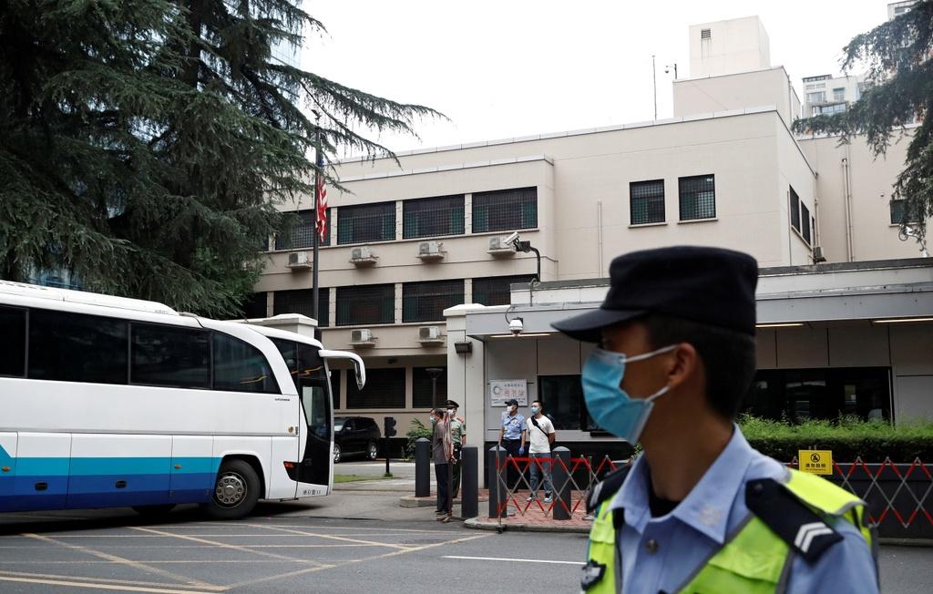 Cảnh sát Trung Quốc tập trung đông phía bên ngoài lãnh sự quán Mỹ tại Thành Đô ngày 25/7 và cấm phương tiện giao thông của người dân đi vào tuyến đường. Ảnh: Reuters.