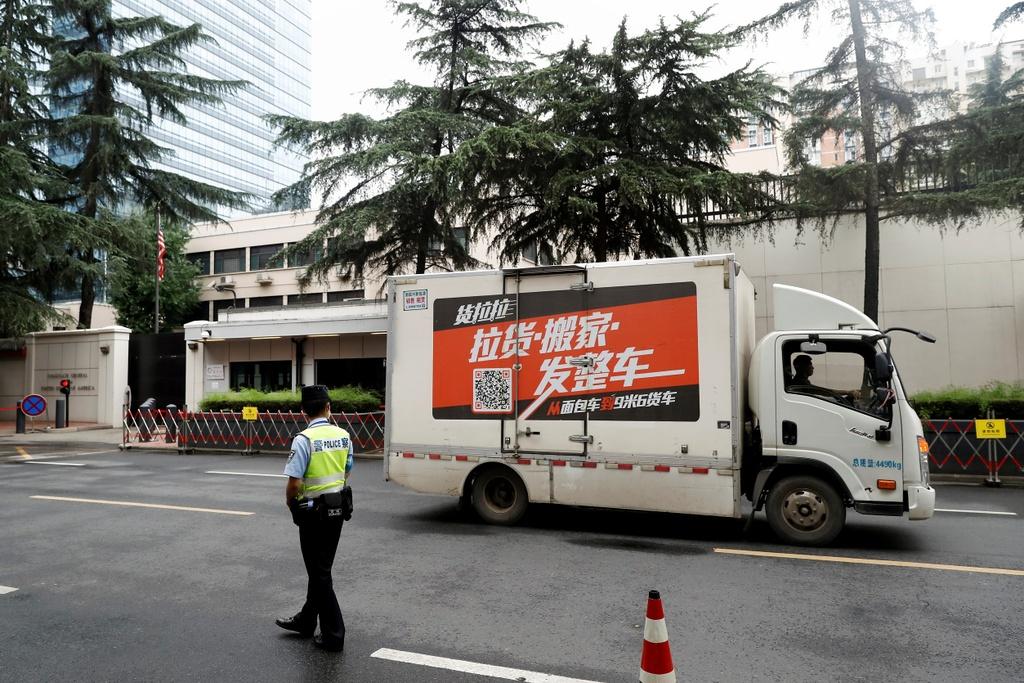 Trung Quốc đã phủ nhận mọi cáo buộc. Trong thông báo đóng cửa lãnh sự quán Mỹ ở Thành Đô, người phát ngôn Bộ Ngoại giao Trung Quốc Uông Văn Bân còn cáo buộc một số nhân sự ở cơ quan này