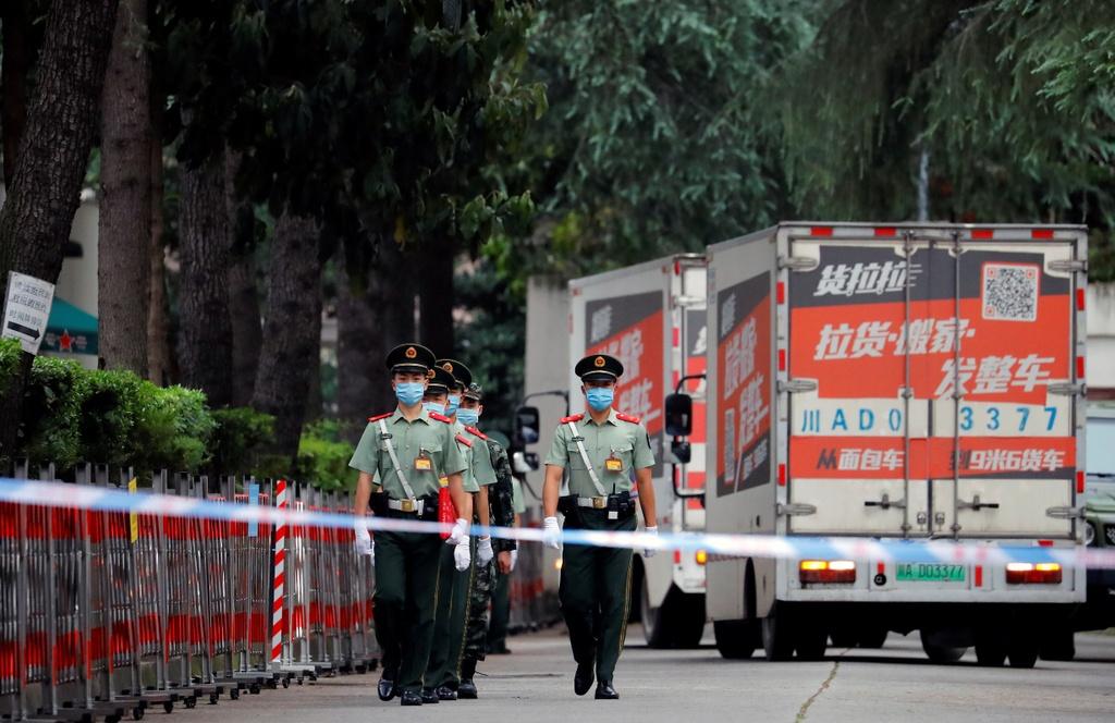 Trong ngày 25/7, huy hiệu lãnh sự quán đã được gỡ bỏ. Nhân sự hối hả đi lại bên trong khuôn viên. Ít nhất 3 xe tải được nhìn thấy tiến vào lãnh sự quán Mỹ. Ảnh: Reuters.