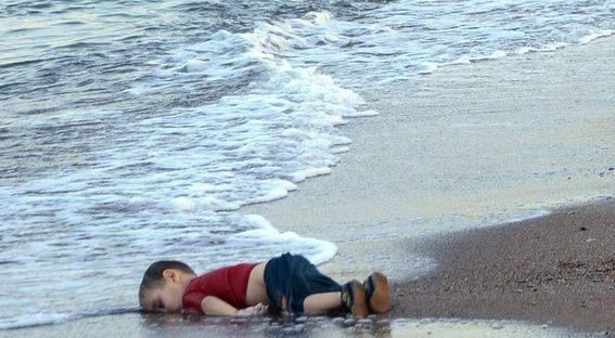 Dù thảm cảnh của những người tị nạn được báo giới đề cập nhiều nhưng khoảnh khắc thi thể bé Aylan Kurdi 3 tuổi người Syria trôi dạt vào bờ biển Thổ Nhĩ Kỳ sau hành trình dang dở tới châu Âu khiến cả thế giới bàng hoàng. Bé trai xấu số thiệt mạng khi chiếc thuyền chở em và gia đình đắm khi đi từ Bodrum, Thổ Nhĩ Kỳ tới đảo Kos, Hy Lạp. Không có áo phao, cậu bé nhanh chóng bị nước biển nhấn chìm. Mẹ và anh trai của Kurdi cũng bỏ mạng trong hành trình tìm miền đất hứa. Nhiều nỗ lực quốc tế được đưa ra để giúp đỡ dòng người tị nạn sau bức ảnh của bé Kurdi. Ảnh: AP
