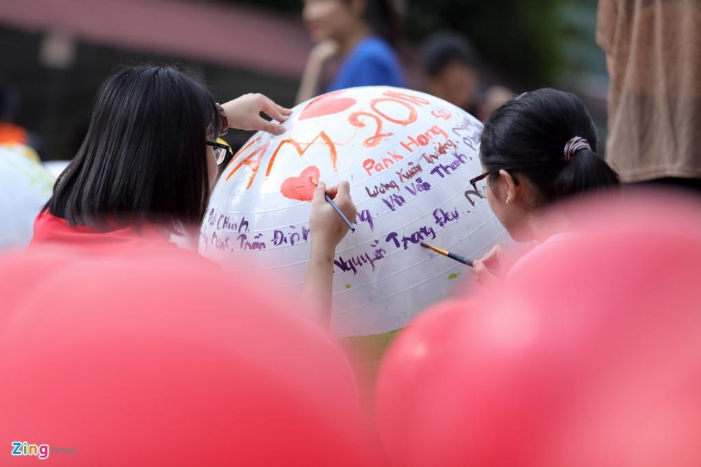 HLV Park Hang-seo no dua cung tre em Ha Giang anh 14