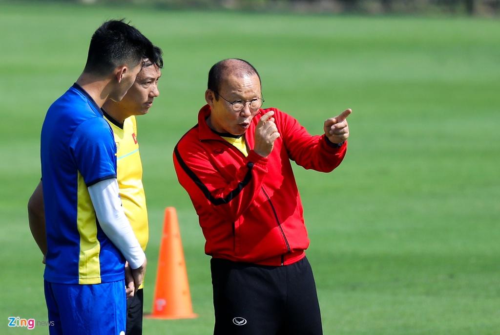 HLV Park Hang-seo dan rieng Tien Linh trong buoi tap cua tuyen VN hinh anh 3