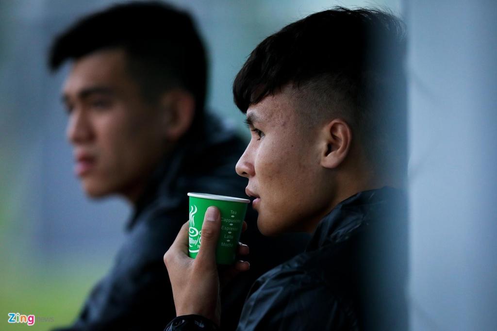 Quang Hai, Tien Linh ngoi uong tra trong gio tap cua U23 Viet Nam hinh anh 5