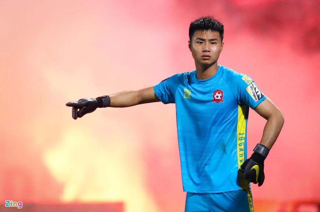 Bui Tien Dung lang le nhin Van Toan can penalty giua bien phao sang hinh anh 10