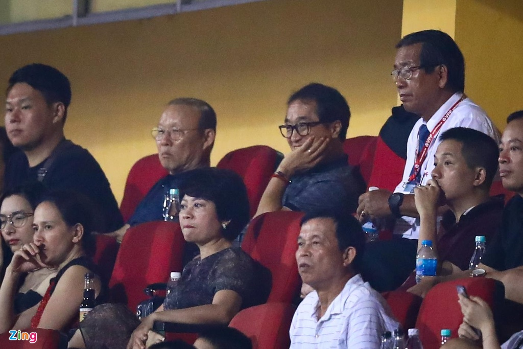 Bui Tien Dung lang le nhin Van Toan can penalty giua bien phao sang hinh anh 11