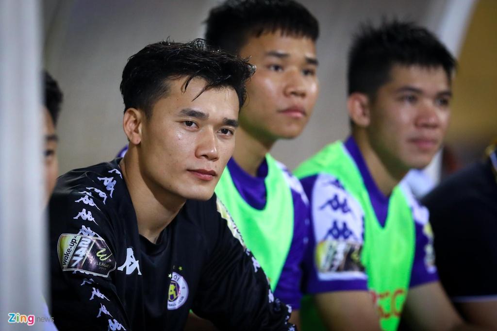 Bui Tien Dung lang le nhin Van Toan can penalty giua bien phao sang hinh anh 2