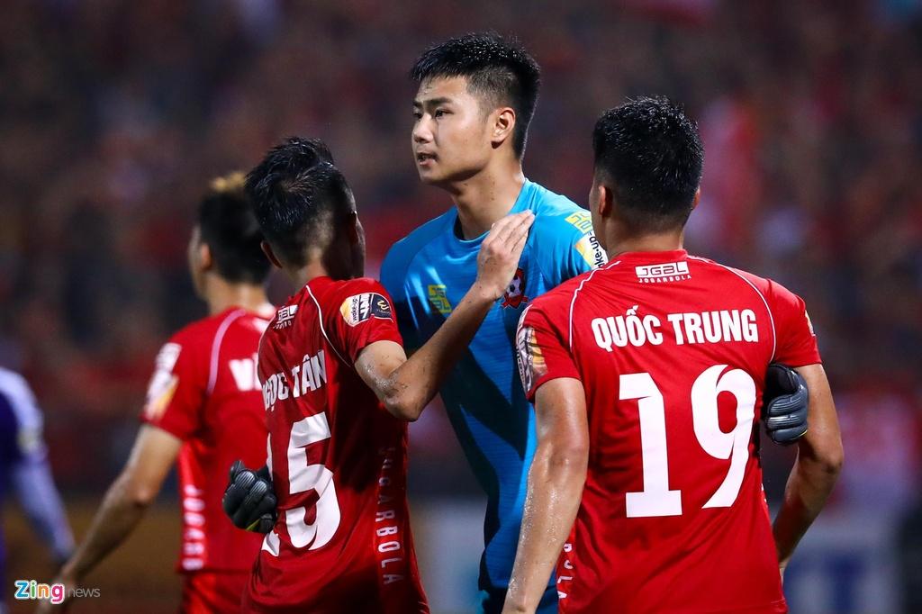 Bui Tien Dung lang le nhin Van Toan can penalty giua bien phao sang hinh anh 5