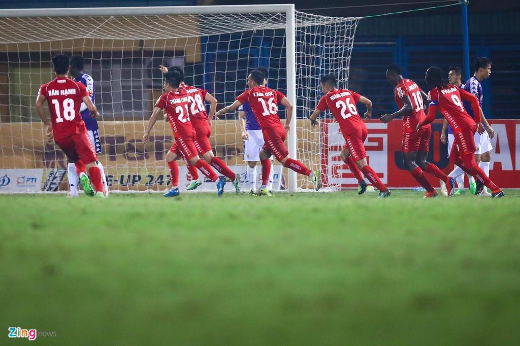 Bui Tien Dung lang le nhin Van Toan can penalty giua bien phao sang hinh anh 6
