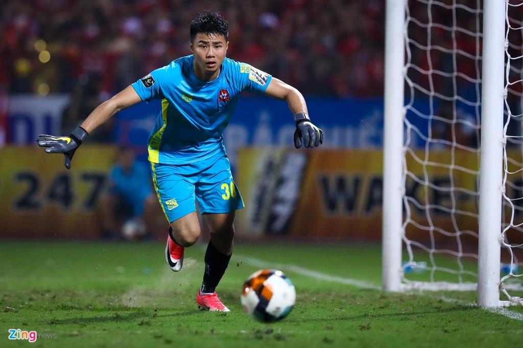 Bui Tien Dung lang le nhin Van Toan can penalty giua bien phao sang hinh anh 8