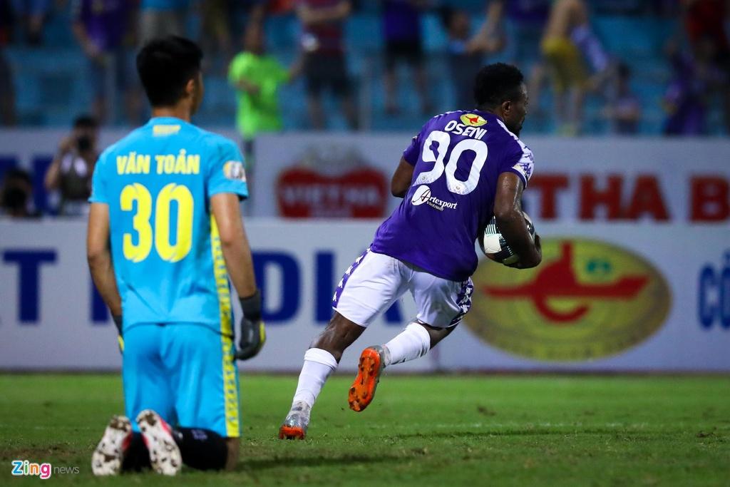 Bui Tien Dung lang le nhin Van Toan can penalty giua bien phao sang hinh anh 9