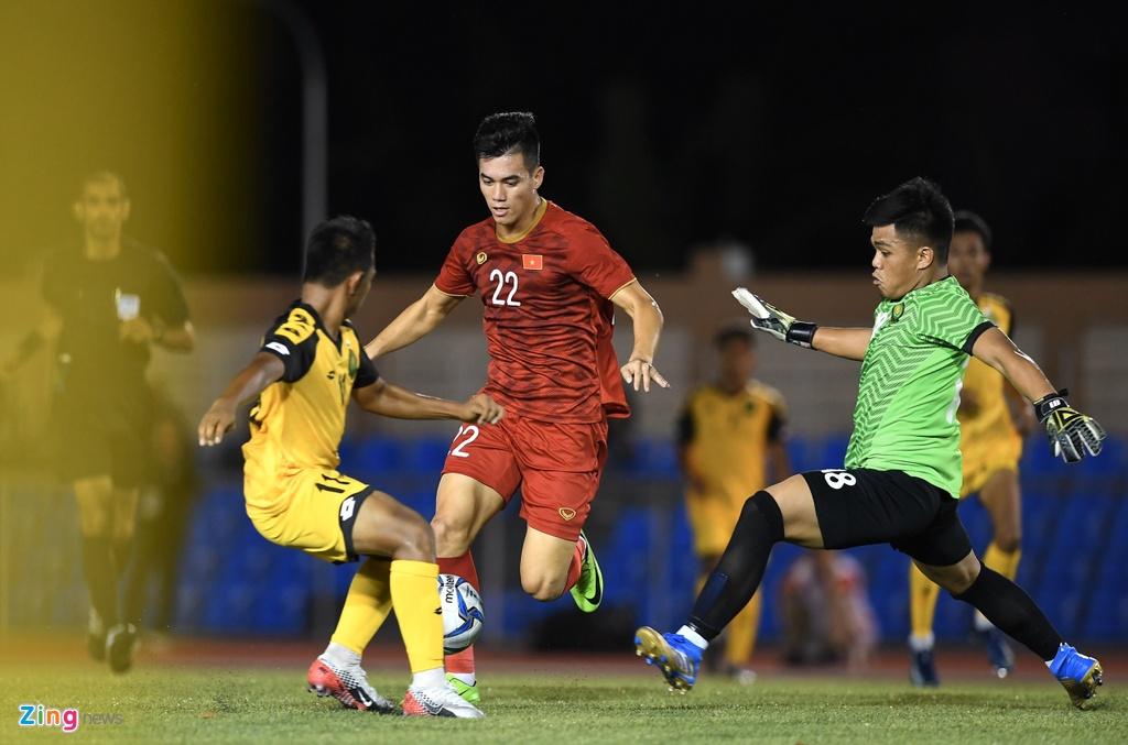 Quang Hai, Hung Dung xem U22 Viet Nam de bep Brunei hinh anh 10