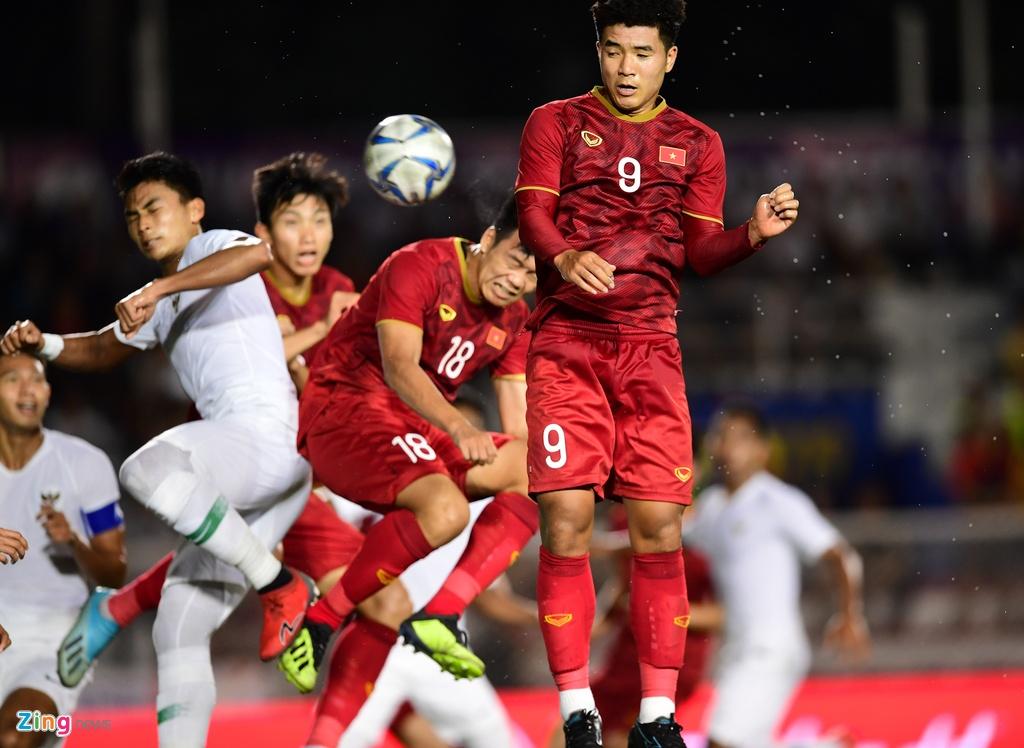 Thanh Chung chay ve om Tien Dung sau khi ghi ban hinh anh 1