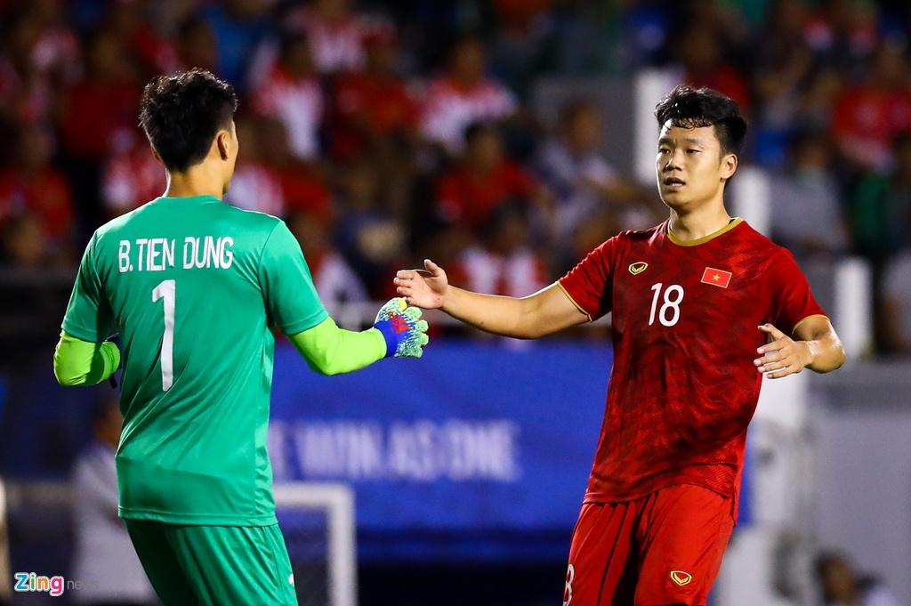Thanh Chung chay ve om Tien Dung sau khi ghi ban hinh anh 3