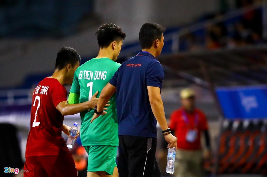 Thanh Chung chay ve om Tien Dung sau khi ghi ban hinh anh 4