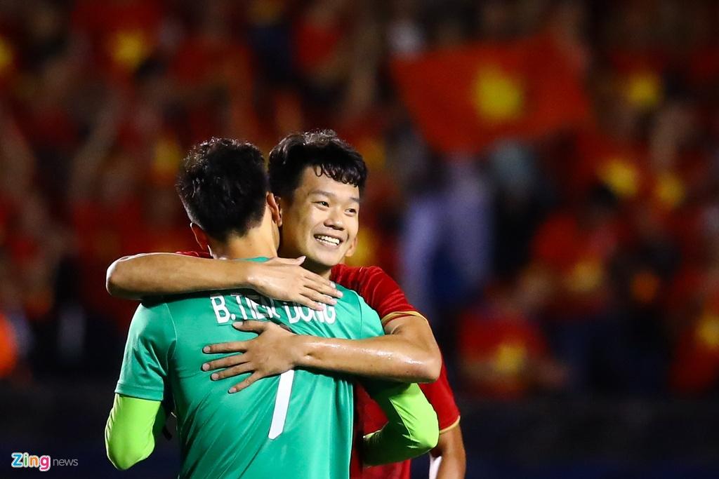 Thanh Chung chay ve om Tien Dung sau khi ghi ban hinh anh 6