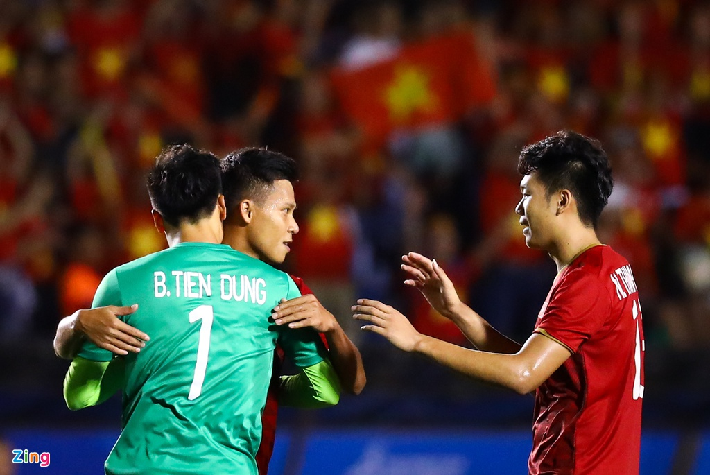 Thanh Chung chay ve om Tien Dung sau khi ghi ban hinh anh 7