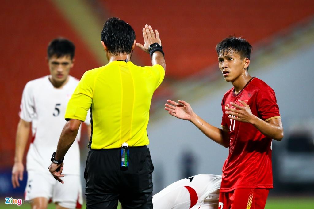 Tran Bao Toan khien U23 Viet Nam nhan phat den trong ngay ra mat hinh anh 5