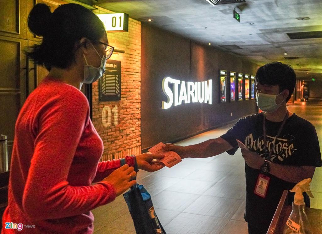 Sau một tuần hoạt động trở lại, các rạp chiếu phim vẫn thưa thớt khách - Ảnh 6.