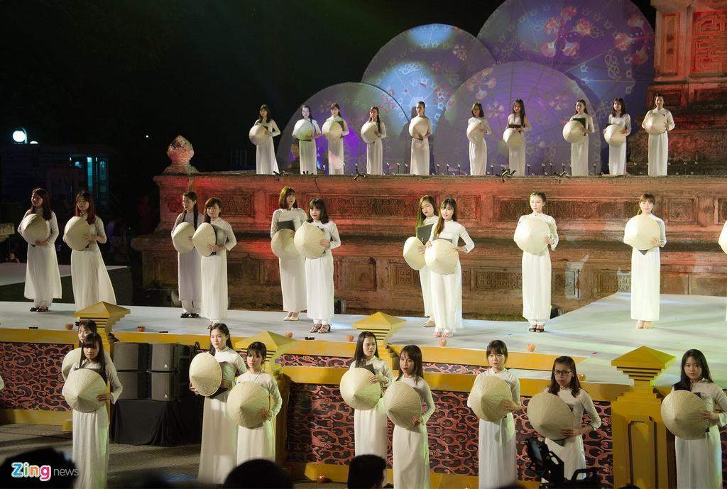 Gan 200 nguoi dep duyen dang ao dai Festival Hue hinh anh 2