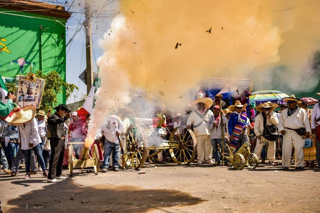 Nhung nguoi lieu linh cam bua dap 'bom' trong le hoi Mexico hinh anh 8