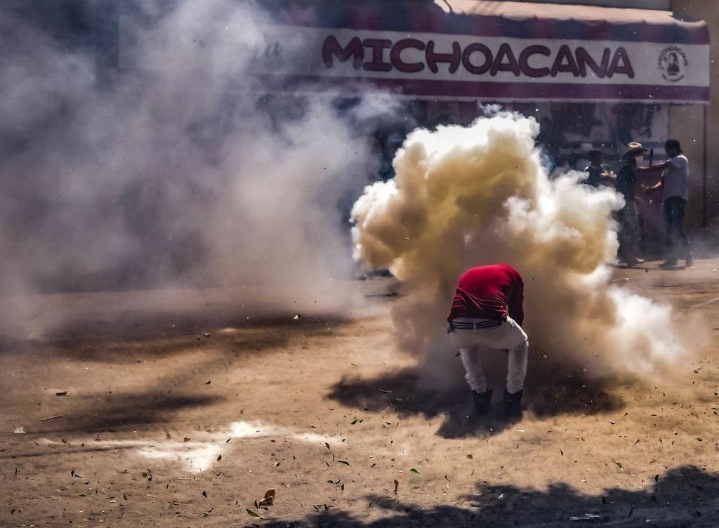 Nhung nguoi lieu linh cam bua dap 'bom' trong le hoi Mexico hinh anh 1