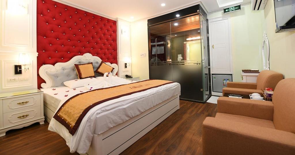 Kawasaki Noi Bai Hotel: Khách sạn này có vị trí tốt, chỉ cách sân bay quốc tế Nội Bài 2,4 km. Nội thất của Kawasaki được chọn theo phong cách quý phái, sang trọng với màu vàng chủ đạo. Khách sạn cung cấp dịch vụ đưa đón sân bay miễn phí, tiện lợi cho việc di chuyển của khách hàng. Tuy nhiên, từng có trường hợp khách than phiền khách sạn không cho xe tới đón dù đã gọi trước. Dù vậy, khách sạn này vẫn được đánh giá cao về thái độ phục vụ của nhân viên, dịch vụ phòng và chất lượng đồ ăn. Địa chỉ: Điền Xá 2, Nội Bài, Sóc Sơn, Hà Nội.