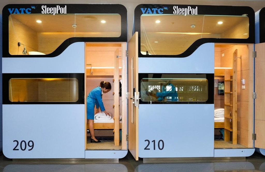 VATC Sleep Pod: Mô hình hộp ngủ (sleep pod) ngay ở sân bay là lựa chọn đáng thử cho du khách bị giới hạn về thời gian, không tiện đi xa thuê phòng. Mỗi hộp ngủ có diện tích khoảng 4 m2, cao 3 m, đủ giường, tủ, điện thoại, TV, Wi-Fi, nước uống, đồ ăn... Địa chỉ: tầng 3, nhà ga T1 (hoặc tầng 2, nhà ga T2), sân bay Nội Bài.