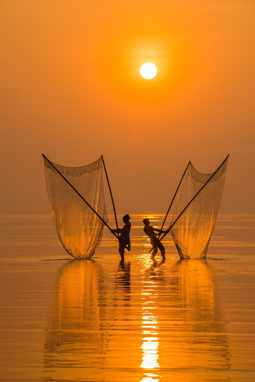 Loat canh dep Viet Nam vao top 50 anh song nuoc an tuong nhat the gioi hinh anh 4 Fisherman_under_the_dawn_by_vietcuong_Vietnam_5e86083a5f977_880.jpg