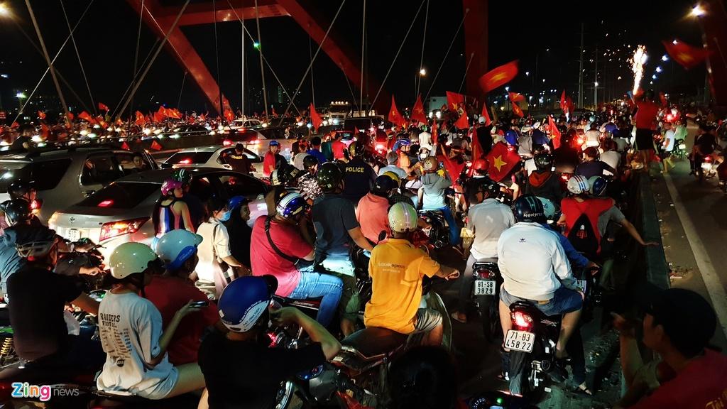 Người Sài Gòn 'đi bão', cầu Bình Lợi kẹt xe đến rạng sáng