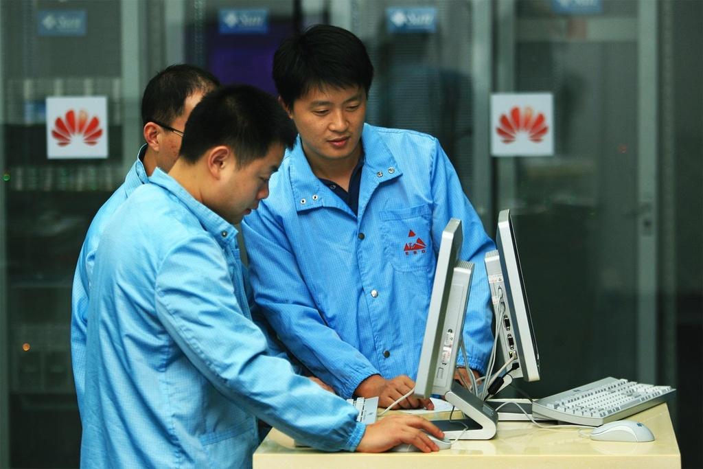 Bau khong khi thoi chien cang thang tai dai ban doanh Huawei hinh anh 2