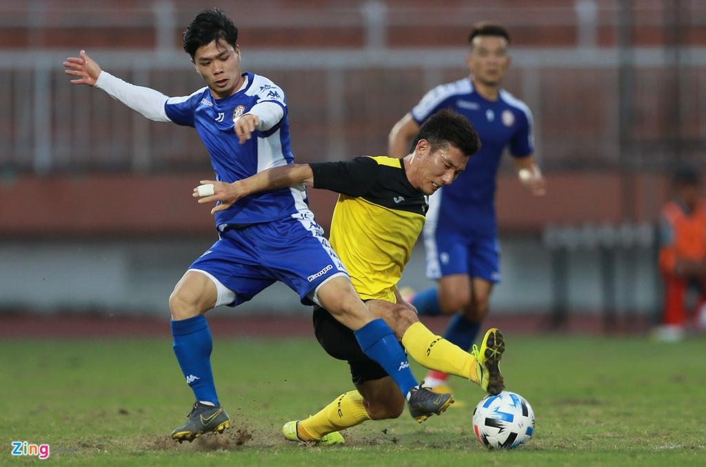 Lối đá áp sát nhanh của các cầu thủ Jeonnam Dragons cũng phần nào khiến Công Phượng khó thực hiện các tình huống rê dắt quen thuộc.