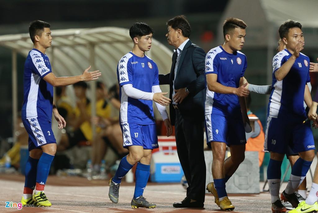 Sau 60 phút có mặt trên sân, Công Phượng được HLV Chung Hae-seong rút ra nghỉ. Có lẽ tiền đạo này cần có thêm thời gian để thích nghi với lối chơi mà chiến lược gia Hàn Quốc đang xây dựng cho đội bóng.