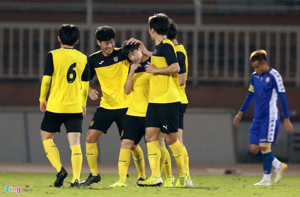 Thậm chí vì một thoáng chủ quan nơi hàng thủ, CLB TP.HCM để đại diện đến từ Hàn Quốc chọc thủng lưới ở những phút cuối của hiệp 2. Tỷ số 1-0 nghiêng về Jeonnam Dragons được giữ nguyên cho đến hết trận đấu. CLB TP.HCM sẽ tiếp tục có trận giao hữu thứ 3 gặp Ulsan Huyndai ngày 17/1.