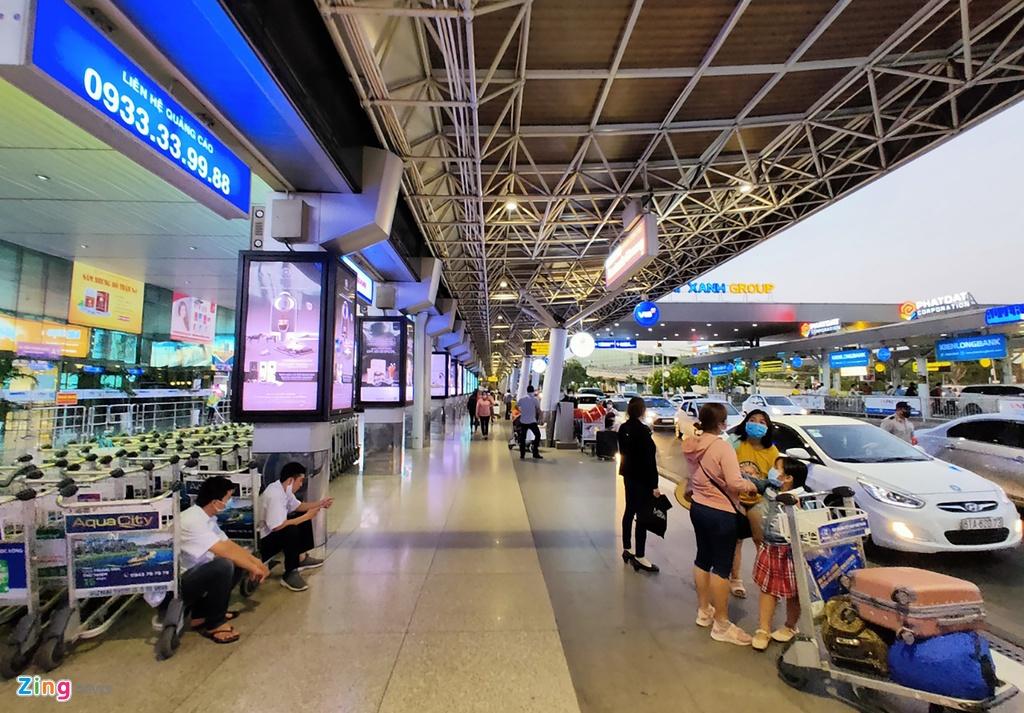 Hanh khach mac ao mua ra san bay Tan Son Nhat phong Covid-19 hinh anh 5 sb6_zing.jpg