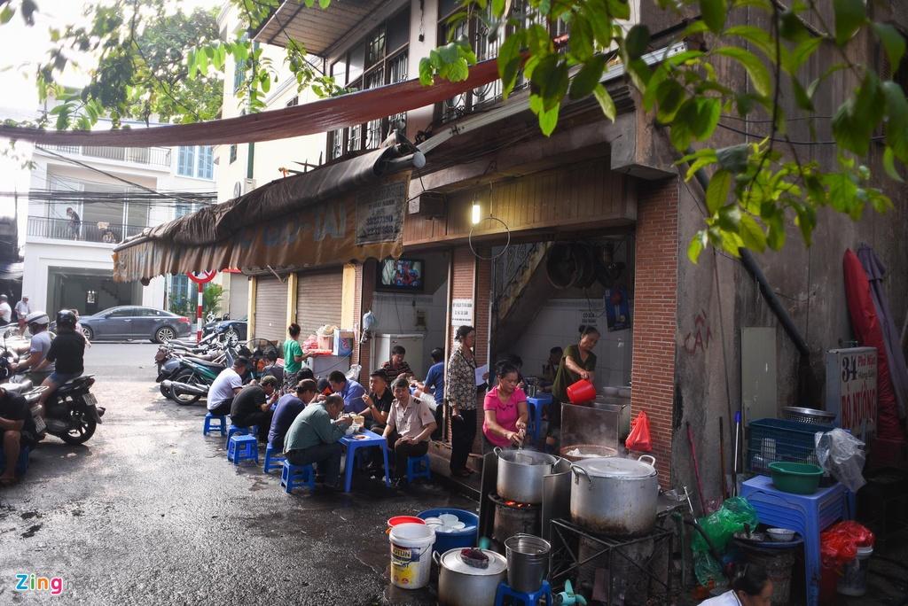 Quán phở Mặn nằm trên phố Gầm Cầu đoạn giao với Hàng Giấy là một trong số ít hàng phở đông khách, giá cao ở Hà Nội.