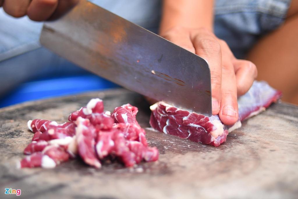 Thịt lõi là thịt phần lõi ở giữa bắp bò. Thịt bắp bò có rất nhiều dinh dưỡng, khi nhúng tái thì lại càng giòn, ngọt. Những phần thịt này phải đặt riêng từ lò mổ để người ta mang đến chứ không bán ngoài chợ như những loại thịt khác. Những miếng thịt lõi đều tăm tắp, đẹp mắt.