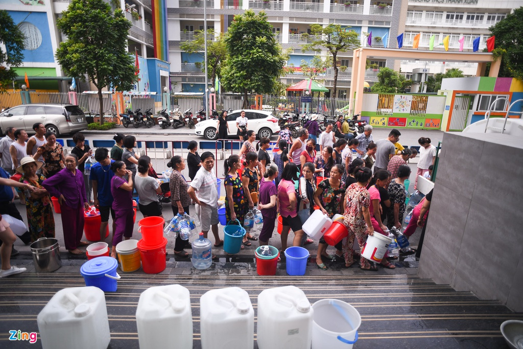 Người Hà Nội mang xong nồi, xe nôi xếp hàng chờ nước sạch