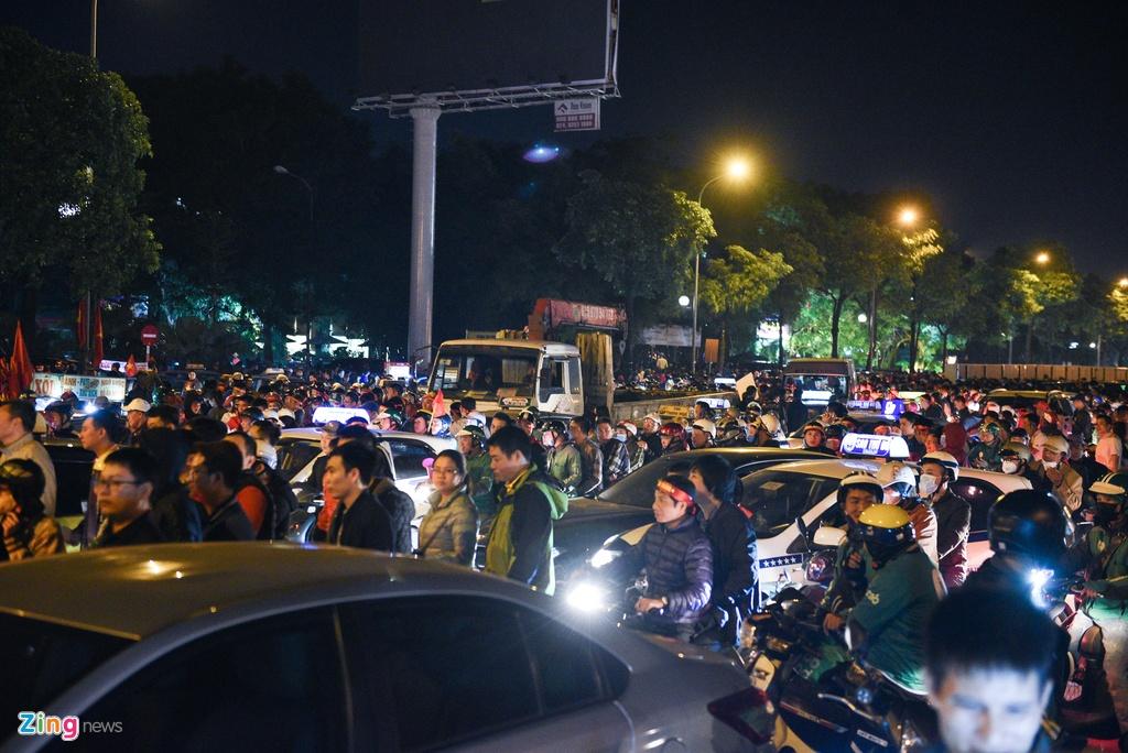 Sau khi trận đấu thuộc vòng loại World Cup 2022 kết thúc, hàng chục nghìn khán giả cùng lúc đổ ra ngoài sân Mỹ Đình khiến giao thông dọc tuyến đường Lê Quang Đạo - Lê Đức Thọ ùn tắc kéo dài.