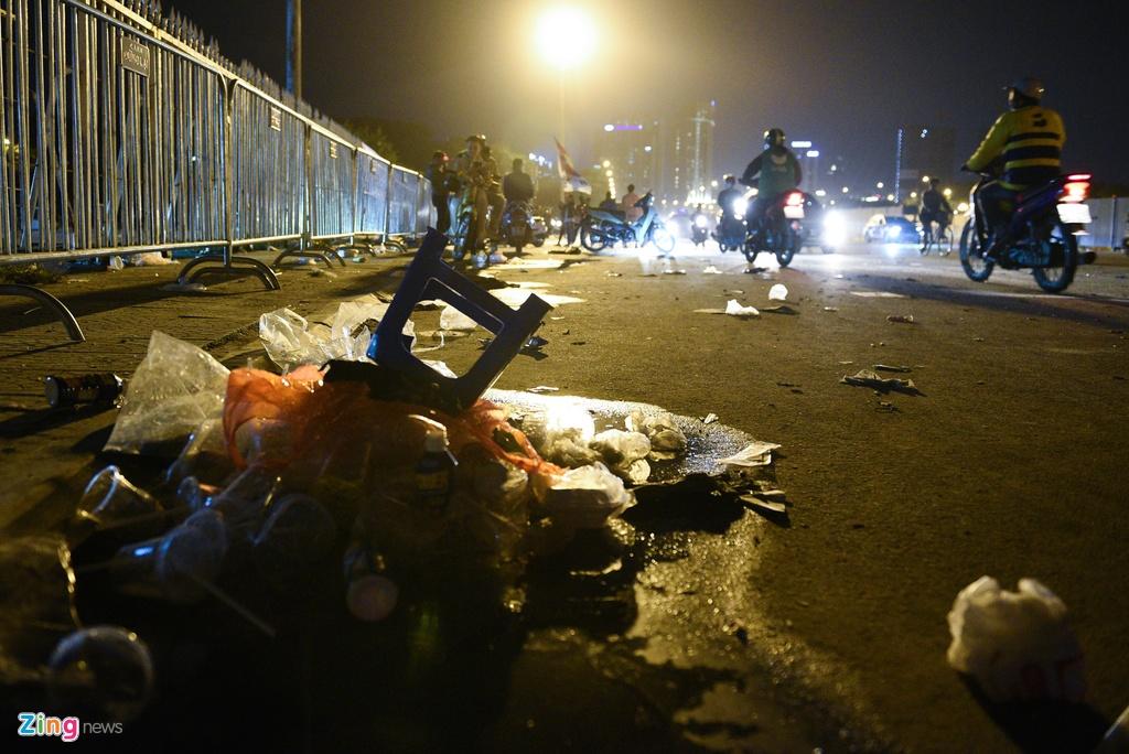 Đoạn đường Lê Quang Đạo phía cổng trước của sân Mỹ Đình ngập ngụa rác. Người dân cho biết đây là tình trạng rất phổ biến mỗi khi nơi đây diễn ra những trận đấu lớn.