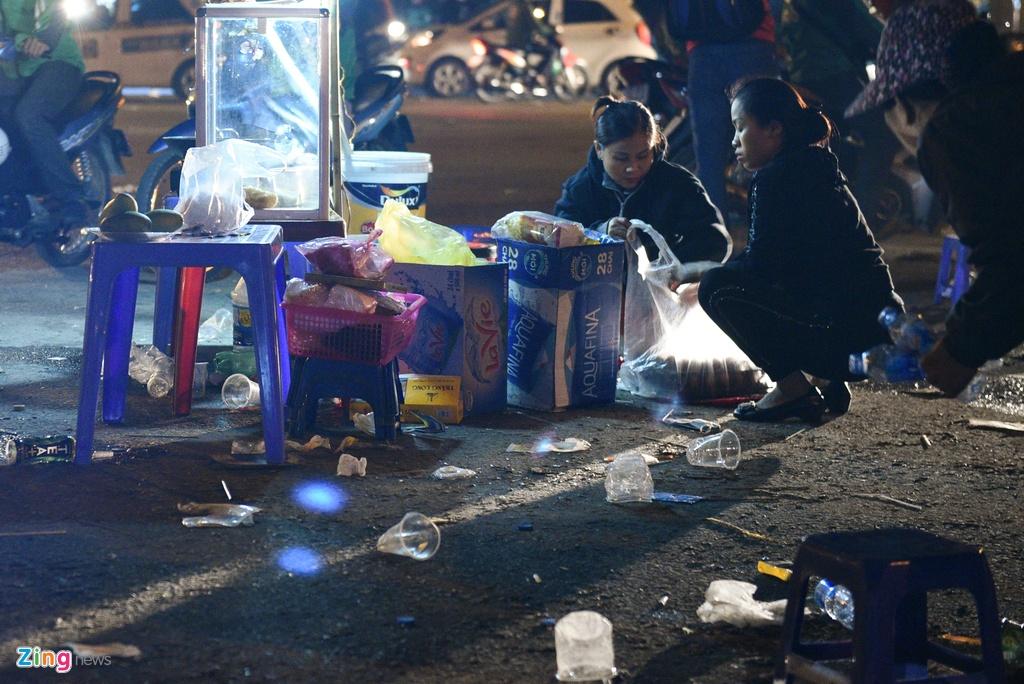 Vị trí có nhiều rác nhất là hàng quán bán đồ ăn, nước uống tự phát nằm la liệt dọc con đường phía trước sân. Chỉ một đoạn đường ngắn nhưng có tới hàng chục quán bán nước, đồ ăn vặt xuất hiện tại đây chiều tối 19/11.