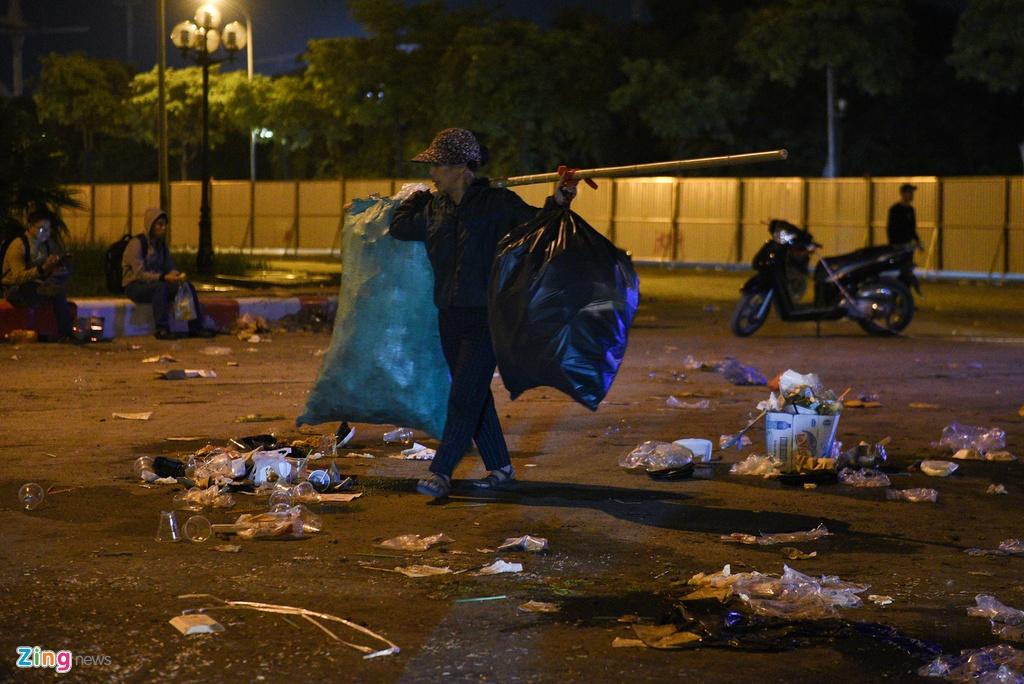 Người đi nhặt phế liệu đều gom được đầy ắp các bao tải đựng chai nhựa, lon nước.