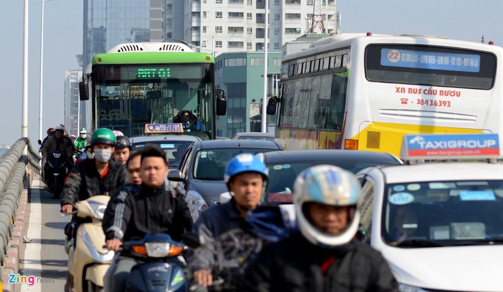 Buyt nhanh BRT bi xe may 'chan' dau khi chay thu nghiem hinh anh 4